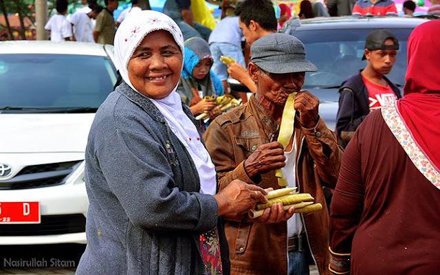 Senyuman warga yang berhasil mengumpulkan kue dumbeg