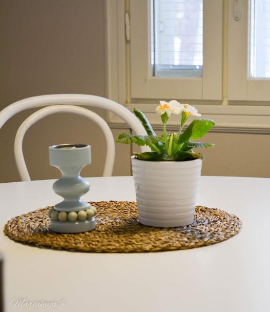 keittiö kitchen musta allas mora facetti koti puustelli pyöreä pöytä kevätesikko wieniläistuoli