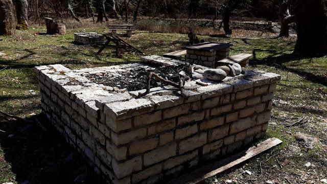 Δίπλα στο γεφύρι της Κλειδωνιάς στην Κόνιτσα.....Εθνικό  πάρκο ...ή χώρος εγκατάλειψης ;