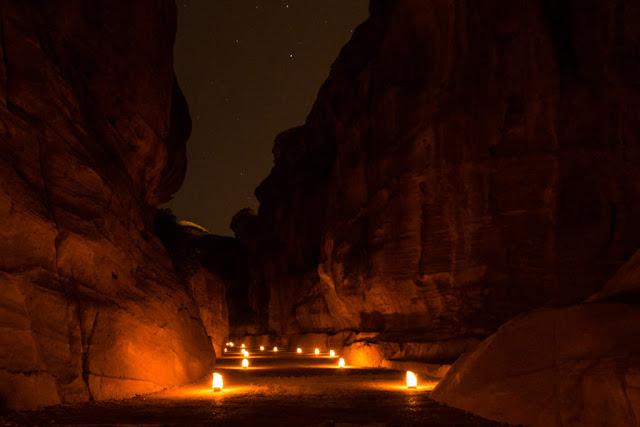 Caminando por el Siq Interior durante el Petra by Night