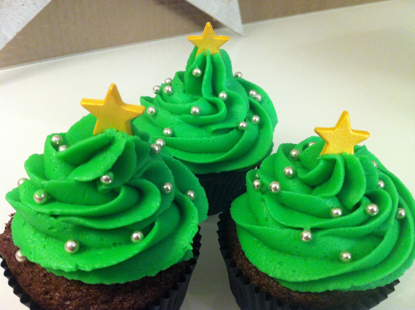 dancing cupcakes weihnachtsbaum und weihnachtsmann cupcakes. Black Bedroom Furniture Sets. Home Design Ideas