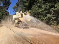 Caminhão-pipa da Emater molha estrada antes do serviço de compactação do solo