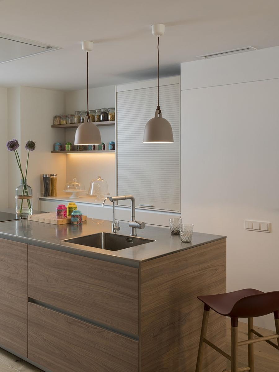Drewno i kolory w pięknym mieszkaniu w Barcelonie, wystrój wnętrz, wnętrza, urządzanie mieszkania, dom, home decor, dekoracje, aranżacje, szarości, szary, grey, pudrowy róż, otwarta przestrzeń, drewno, kuchnia, kitchen, wyspa kuchenna