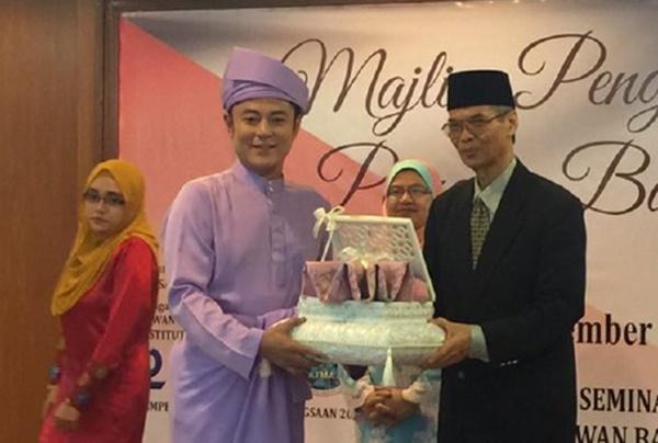 Aznil Nawawi Terima Anugerah Khas Ikon Bahasa