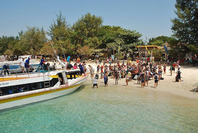 Barco llegando a una isla