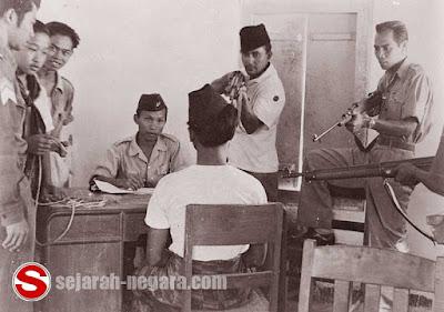 Foto Proses introgasi terhadap simpatisan PKI 1949