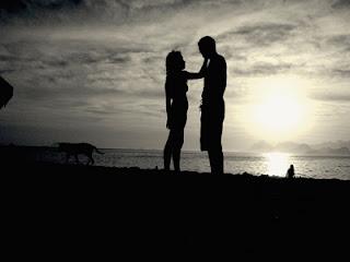 Imagen de una pareja al atardecer en una playa