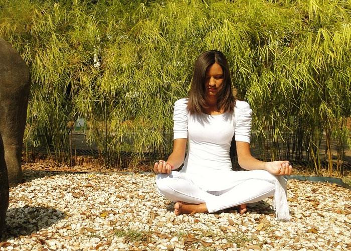 mulher orando em espírito