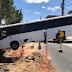 Ônibus desgovernado cai em buraco das obras da Avenida Ermírio de Moraes