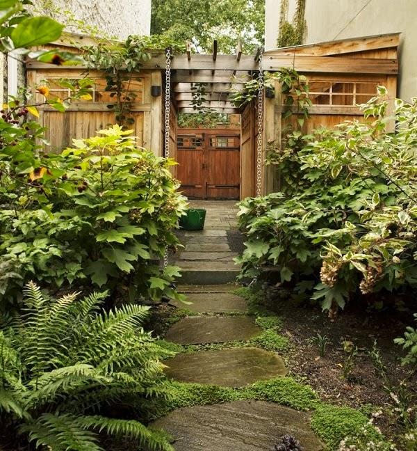 vista desde el jardín hacia la puerta