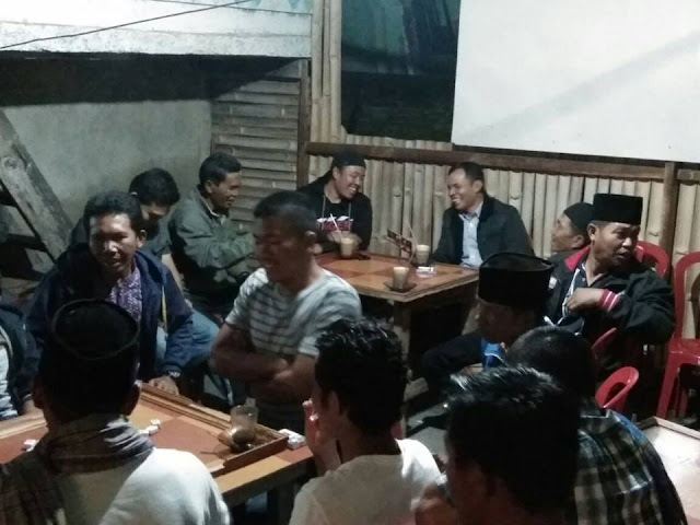 Wabup Nongkrong di Warung Kopi Bareng Pemuda Ambai