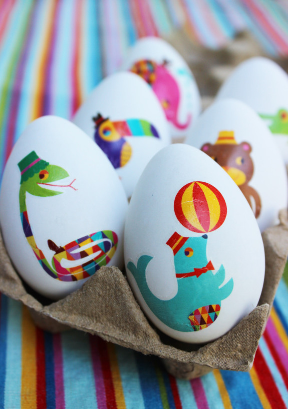 Mess free egg decorating ideas for young kids- all the fun without the mess!  Mom win!