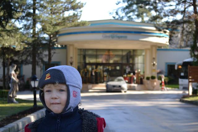 Oğlum otelin girişinde, Güral Sapanca Wellness Park, Sapanca