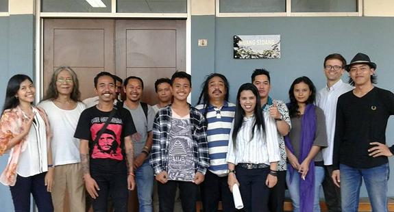 Saut bersama rekan dari gerakan #SaveSaut di pengadilan negeri Jakarta Timur, Kamis, 14 Juli 2016.