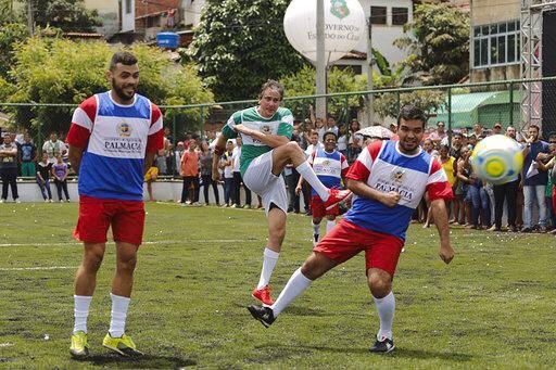 6552c9edfae Uma partida de futebol com moradores da região marcou a inauguração do  equipamento. O terreno foi cedido pela Prefeitura e o equipamento recebeu  ...