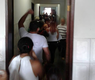 Funcionários invadem Prefeitura da Paraíba com apitos e batendo panelas, após serem demitidos