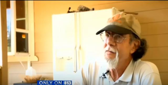 73 años sin temor: hombre golpea a oso para salvar mascota