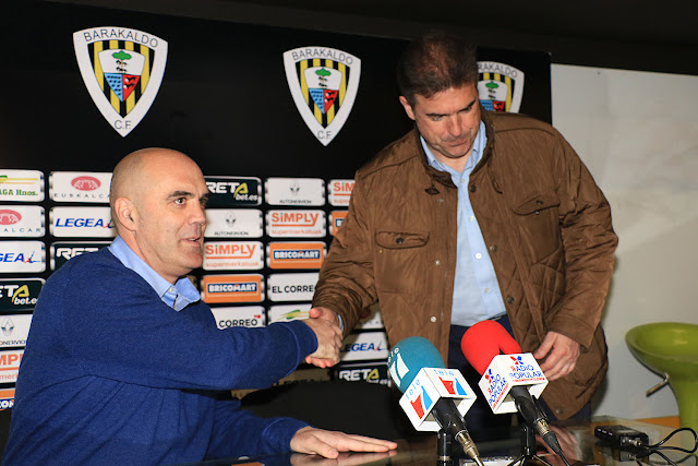 Orlanzo Sáiz saluda al nuevo entrenador, Gonzalo Arconada