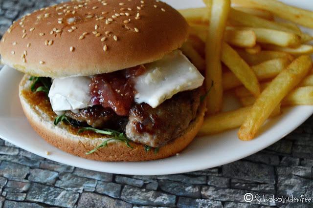 Burger mit Ziegenkäse und karamellisierten Feigen
