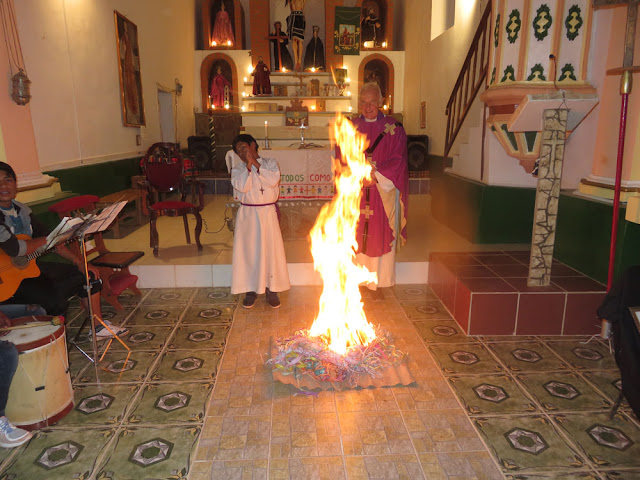 Wie alle Jahre werden am Aschermittwoch nach der Predigt Luftschlangen verbrannt. Das soll verinnerlichen, dass der Glanz der Welt vergeht.