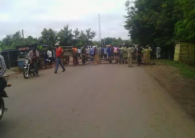 fayose thugs block ado ekiti roads