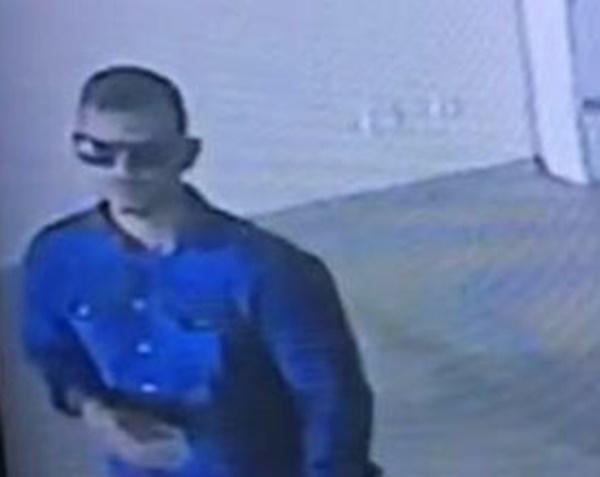 Homem se passa por policial, mostra arma e furta moto de loja de veículos