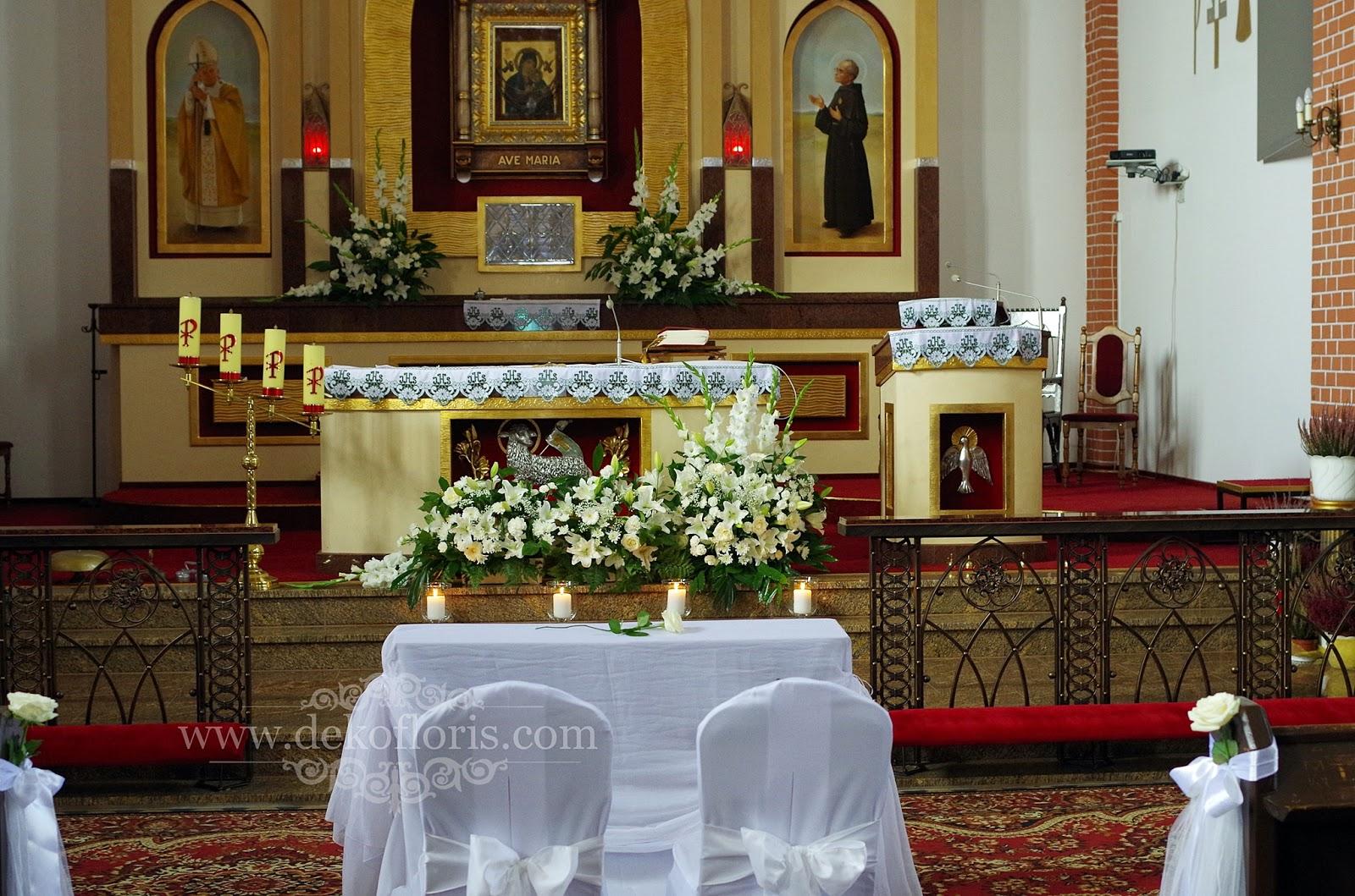 Ślubna dekoracja kościoła - białe kwiaty i tiul