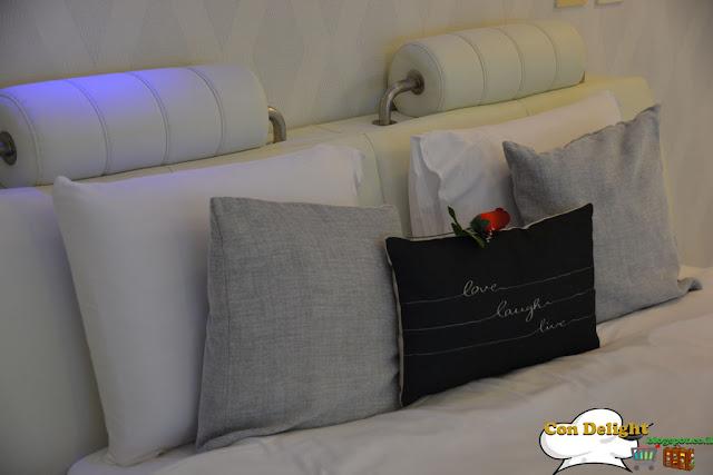 מיטה עם כריות Bed with pillows