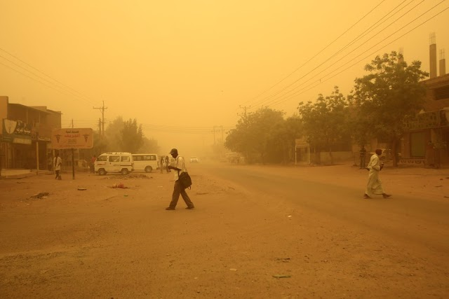 بالصور : عاصفة ترابية كثيفة تتسبب في تعطيل حركة الطيران في #الخرطوم..