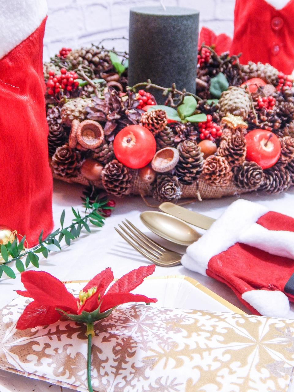 12 dekoracja świątecznego stołu jak udekorować stół na boże narodzenie dekoracja kolacja wigilijna dekoracja stroik na stół wigilijny wianek świeczka mikołajowe ubrania na butelki mikołaje na sztućce