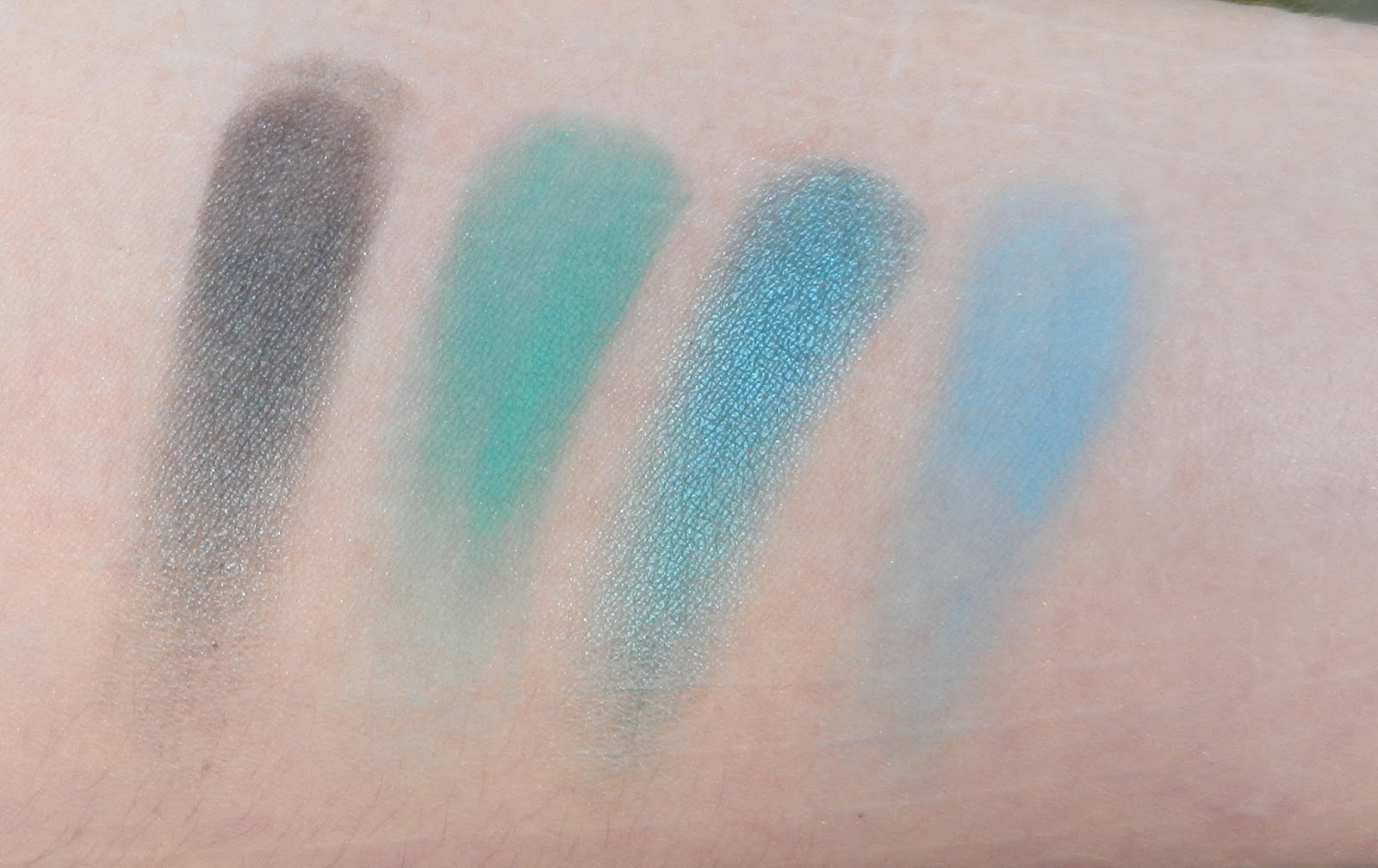 Natasha Denona Blue 28 Swatches 03V Deep Pacific, 84V Powder Blue, 92M Petroleum Blue, 89V Koh Tao