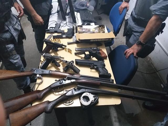 Polícia recebe denúncia de tiros em festa, acha arsenal de armas e detém 2 policiais em Cuiabá