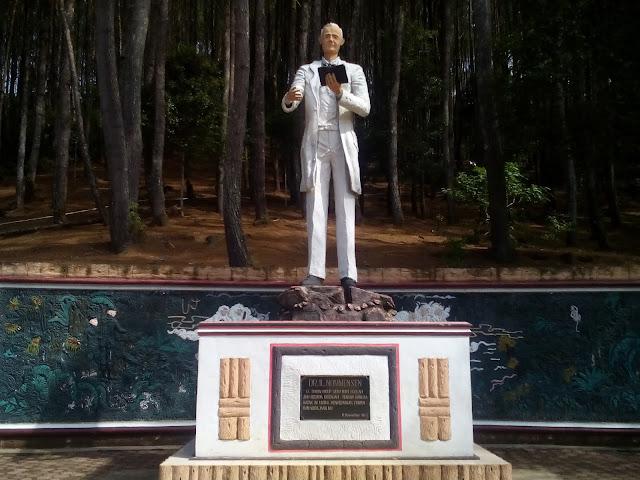 Patung Nommensen Salib Kasih Tarutung