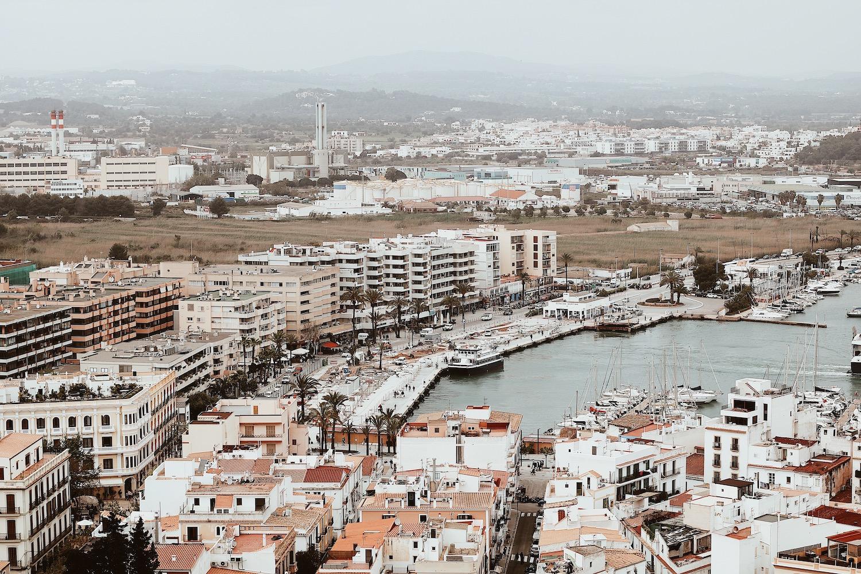Krajobraz miasta na wyspie