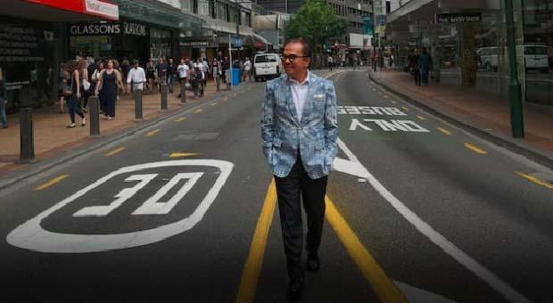 Demi Batik, Tantowi Yahya Jadi Peragawan di Jalanan Wellington