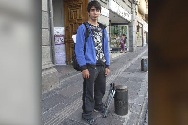 Se arrepienten autoridades y le devuelven teclado a joven poblano que tocaba en la calle para pagar sus estudios