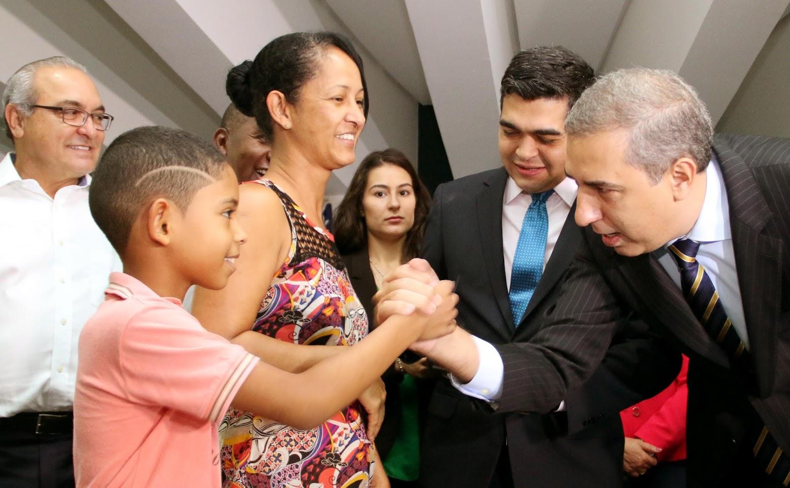 O Governo de Goiás, por meio da Secretaria de Governo (Segov), entregou  nesta terça-feira (04 04), 8 mil óculos a pessoas atendidas nas últimas  edições do ... 96dae20927