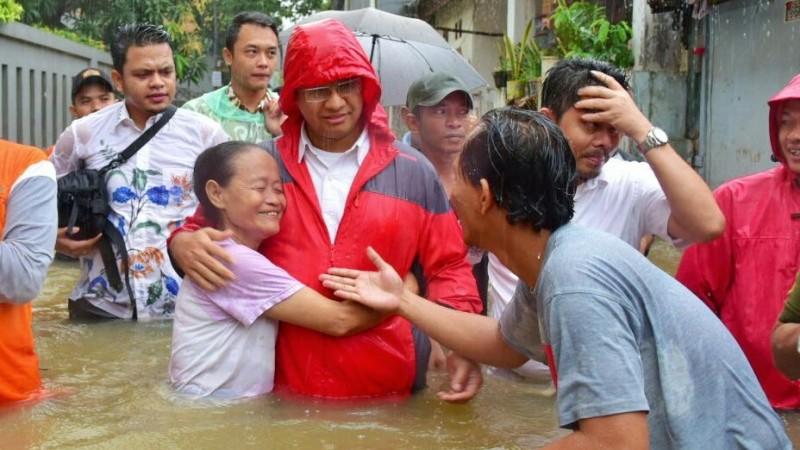 Anies Baswedan dipeluk seorang nenek saat mengunjungi banjir