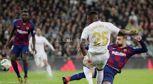ريال مدريد يتغلب على برشلونة بثنائية وينتزع صدارة الدوري الاسباني