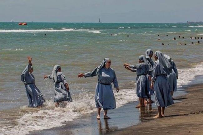 Ulama Italia mengkritik pelarangan burkini dengan memposting foto biarawati Katolik yang sedang bermain di pantai