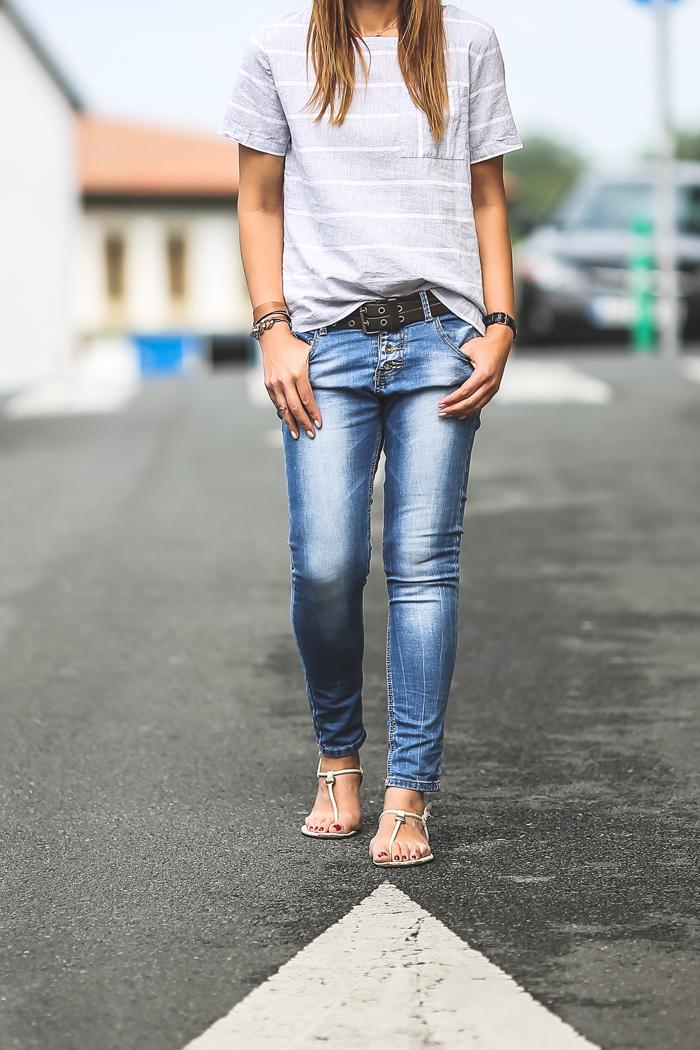 Look sencillo , Batela , camiseta gris y blanco , Es cuestion de estilo, Lucía Díez , Personal Shopper .