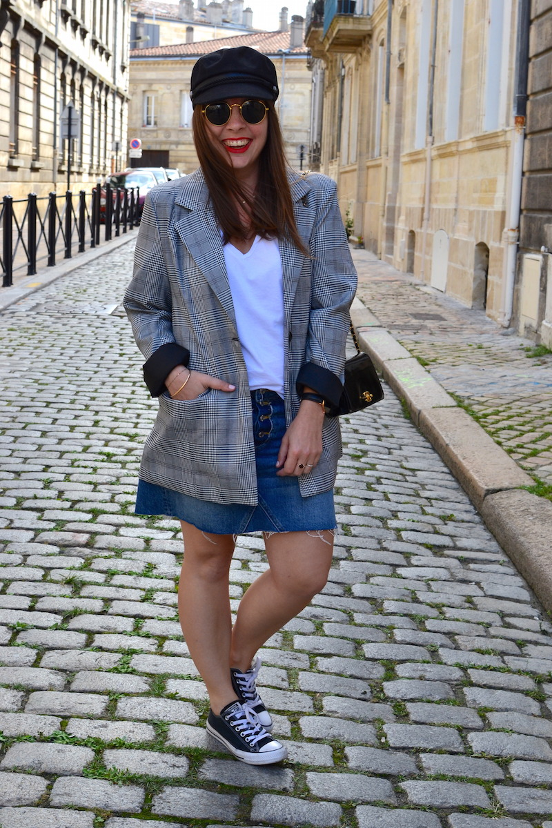 veste prince de galles Missguided, jupe en jean H&M, sac Chanel, casquette de marin Pimkie, converse noir