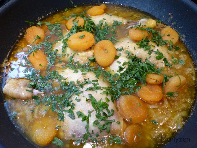Ajoutez les abricots et la menthe.