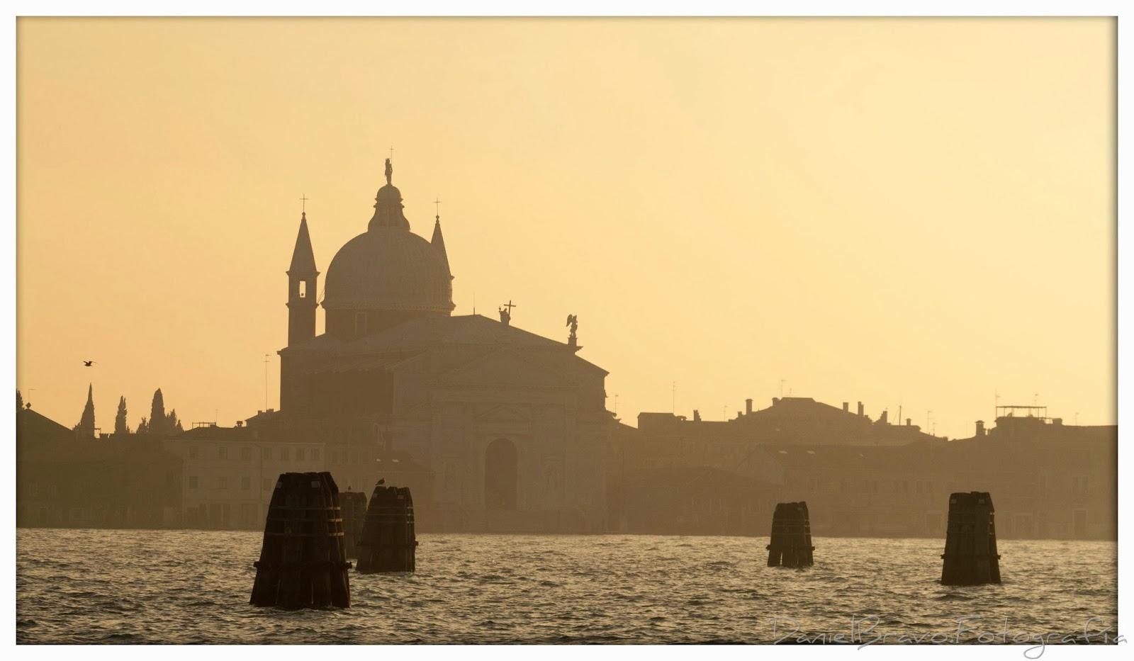 Vista de la Iglesia del Redentor en Venecia con luz dorada del atardecer.