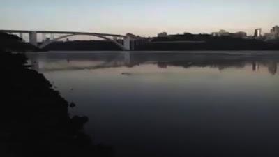 Em Foz do Iguaçu um vídeo de sucuri perto da Ponte da Amizade está fazendo um sucesso danado!