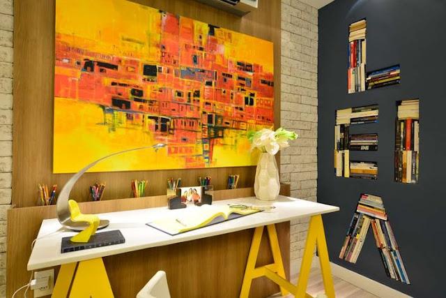 mesa com tampo branco em mdf ou outro tipo de madeira com pées em madeira pintados de amarelo.