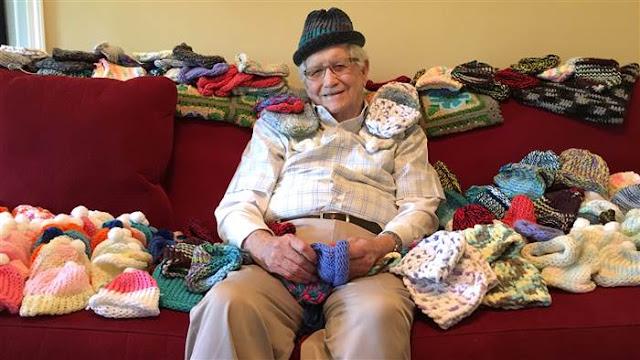 Abuelo aprendió a tejer a los 86 años para bebés prematuros