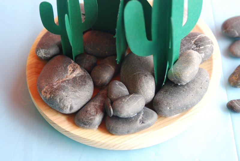 Centro de mesa con cáctus y piedras DIY con niños