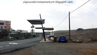 Parada de guaguas de referencia para la salida a la pista de tierra en el barranco del Berriel