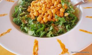 Πράσινη σαλάτα ρεβιθιών με λεμονάτη σάλτσα από ταχίνι και κουρκουμά-